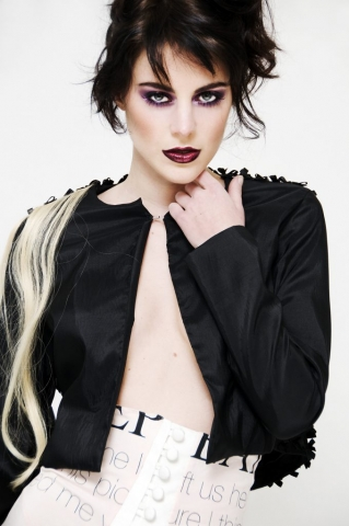 Model with black jacket en smokey eyes
